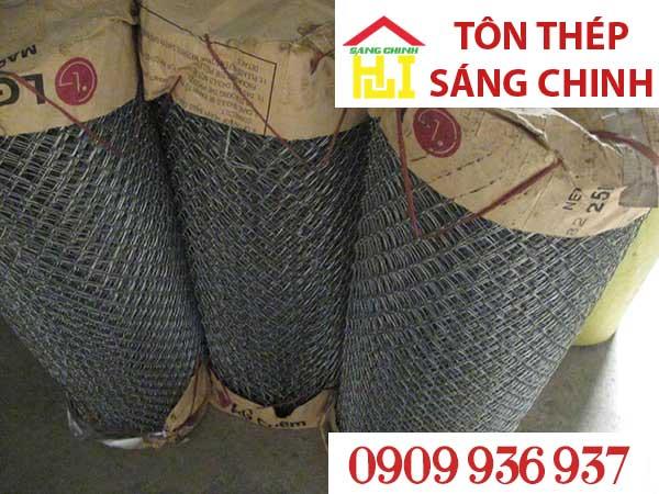 Lưới thép B40 hay gọi là lưới bê bốn mươi là loại lưới được đan từ sợi kẽm, thép xoắn với nhau theo hình lục giác hay hình thoi (lưới mắt cáo B40) tạo thành cuộn. Kích thước ô lưới là 40mm.