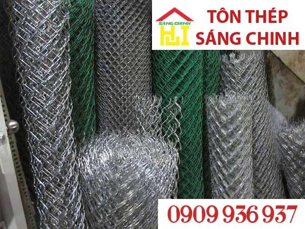 Lưới b40 bọc nhựa là sợi dây đã được bọc nhựa xanh và đưa vào máy đan thành lưới.